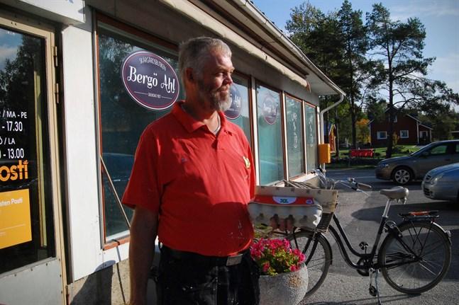 Patrik Enholm bor på Bergö och jobbar i Vasa. Utan färja kan han inte ta sig till jobbet.
