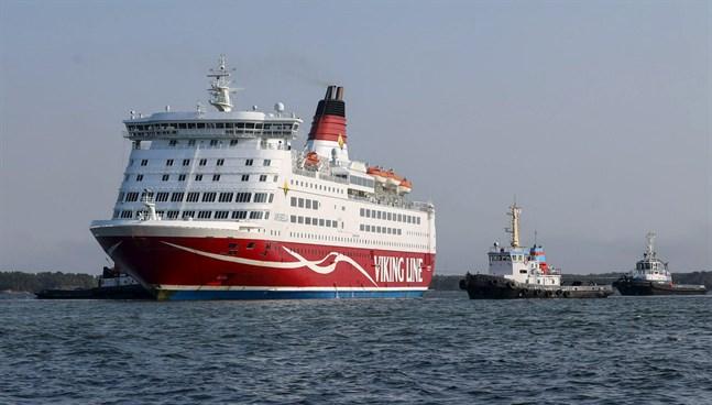 Bogserbåtarna fick Viking Lines Amorella av grundet.