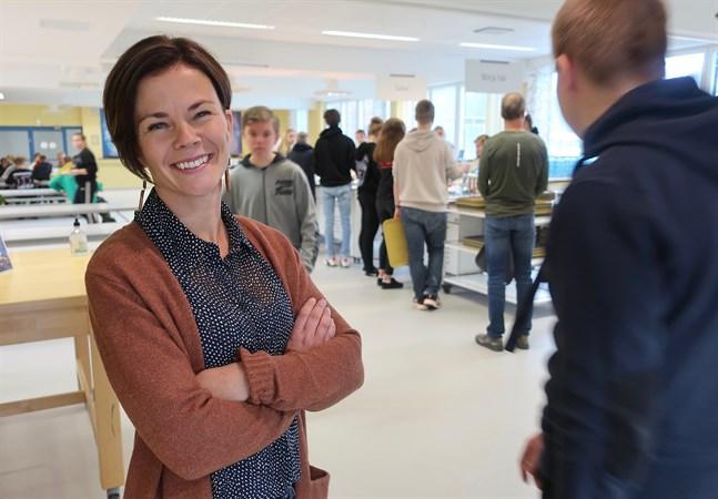Sofia Renlund trivs med eleverna i Ådalens skola och vill vara en tillgänglig och närvarande rektor för dem.