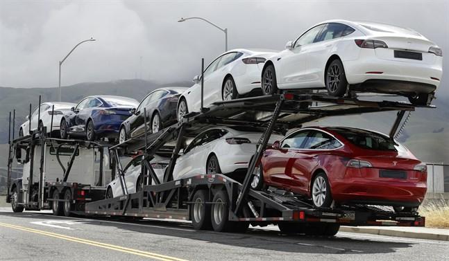 Nya Teslabilar rullar i väg från elbilstillverkarens fabrik i Kalifornien, USA.