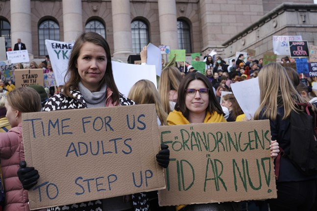 Cirka 38 procent i åldersgruppen 18–29 anser att de finska klimatgärningarna inte har någon betydelse i en global kontext. Bilden föreställer fjolårets skolstrejk för klimatet och demonstrationen vid riksdagen.