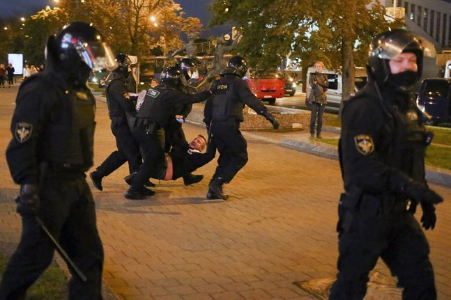 Poliser från den ökända Omon-styrkan ingriper mot oppositionella missnöjesyttringar i Minsk. Här bär de iväg en man.