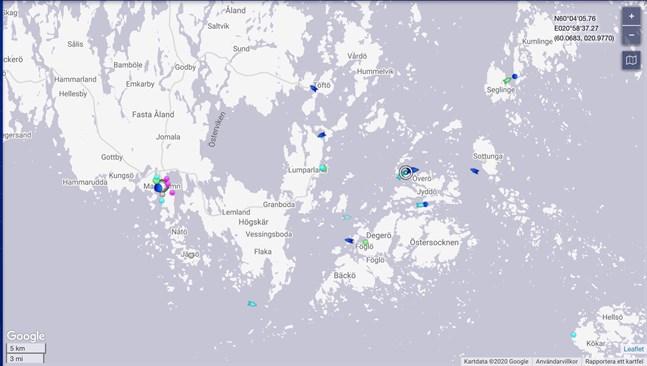 Skärmavbild av Marine Traffics karta över den åländska skärgården. Amorella och bogserbåtarna syns utanför Överö strax innan klockan 8 på torsdagsmorgonen. Färden till Nådendal från Långnäs hamn i Lumparland började vid ungefär midnatt.