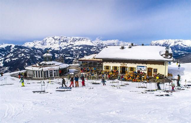 Det blir stopp för after ski och obligatoriskt med munskydd i skidliften under den kommande turistsäsongen i Österrike. Arkivbild från St. Johann in Tirol i Österrike.
