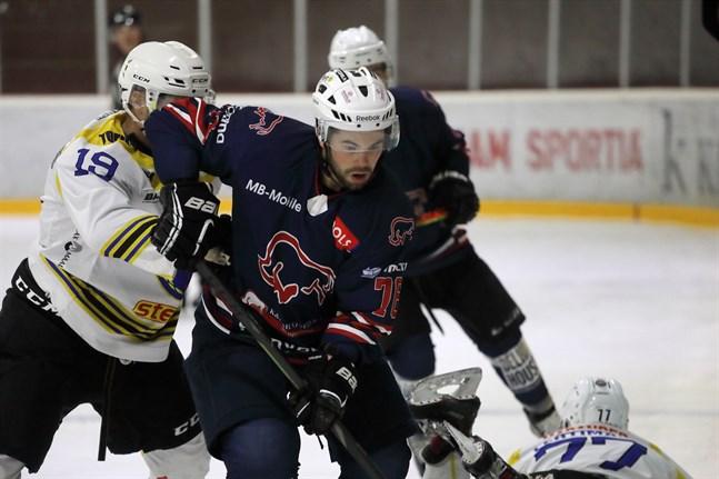 Highsticks HT har spelat tre träningsmatcher, alla mot division 2-lag. Fredrik Borgmästars i aktion mot Malax IF.