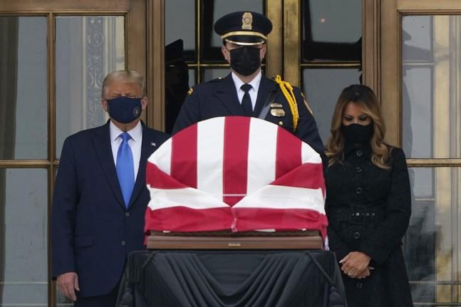 USA:s president Donald Trump och hans hustru Melania Trump kom på torsdagen till Högsta domstolen för att kondolera Ruth Bader Ginsburg, HD-domaren som avled i fredags, 87 år gammal.