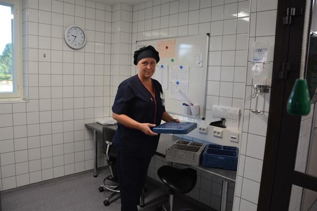 Britt-Louise Groos konstaterar att hvc-köket följer en allmän sjukhuskost i fråga om matportionerna till hvc-sjukhuset.