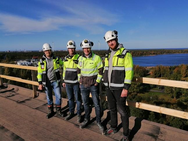 Högre än så här kommer man inte. Heikki Uusitalo, Samuel Skoglund, Patrik Storbacka och Christian Huldén på det 12 våningar höga tornhuset i Beckbruket i Karleby.