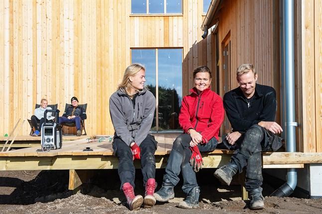 Martina med föräldrarna Nina och Robin Nyman är i coronakarantän. I bakgrunden systern Rebecka Nyman och pojkvännen Isak Holm, som håller sig på avstånd.