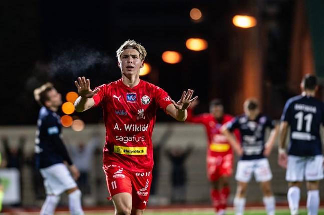 Axel Vidjeskog gjorde karriärens första ligamål på måndag. Här jublar han efter att gjort 2–0 i den minnesvärda höstmatchen mot AC Oulu förra säsongen.