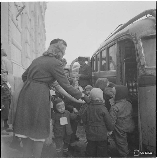 """""""... ni var ju inte med i kriget"""" är en fras Lindroth fått höra gång på gång från alla sina nordiska grannländer. – Den svartvita bilden togs i samband med att 500 barn från Viborg och Karelska näset skickades till Sverige."""