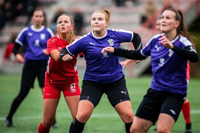 Det är ännu oklart när FC United får spela sina kvalmatcher. Här uppvaktar Oona Tikkalas i TP-47 Isabella Storvall i FC United, medan det är fritt fram för Sanna Ög.