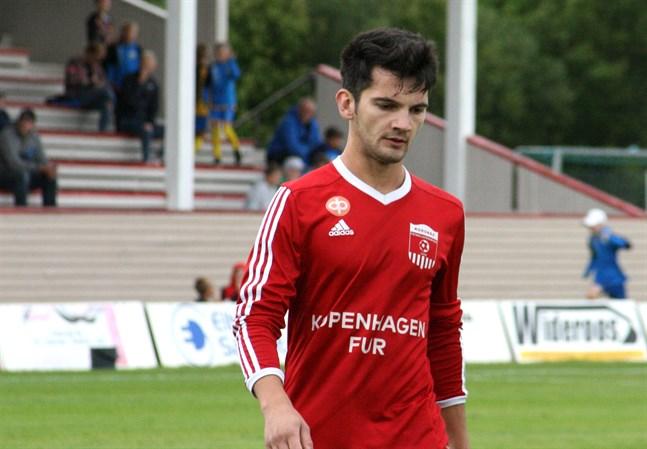 Belmin Besic gjorde hattrick för Korsnäs FF och sänkte Sääripotku ner till division 4.