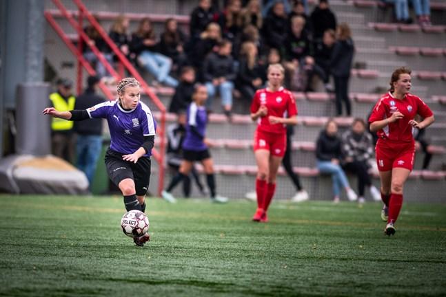 Mittbacken Ida Backman börjar höra till de mera rutinerade spelarna i FC United och dirigerade spelet bra mot TP-47.