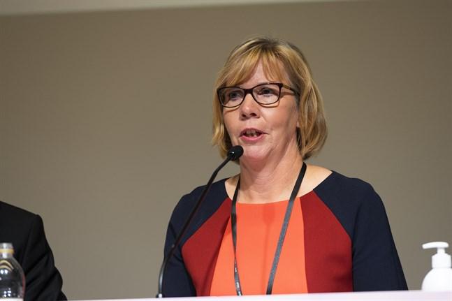 Anna-Maja Henriksson säger att både privata aktörer och tredje sektorn är viktiga för att vården ska fungera också sedan landskapen tagit över ansvaret.