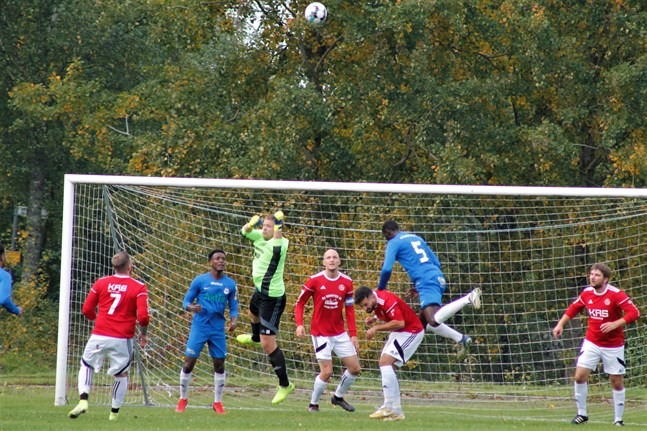 Norrvalla FF skapade en hel del framför Kaskö IK:s mål. Här lyckas dock Jakob Strand boxa undan bollen efter en hörna.