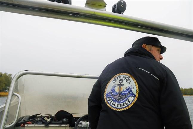 Ulf Rönnblad kör sakta när han har en flotte full med får bakom sin plootboot.