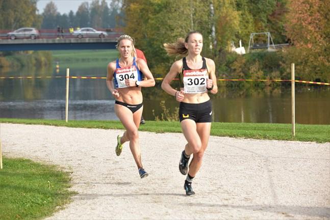 Nina Chydenius (till vänster) kämpade länge om silvret, men fick ge sig på sista varvet.