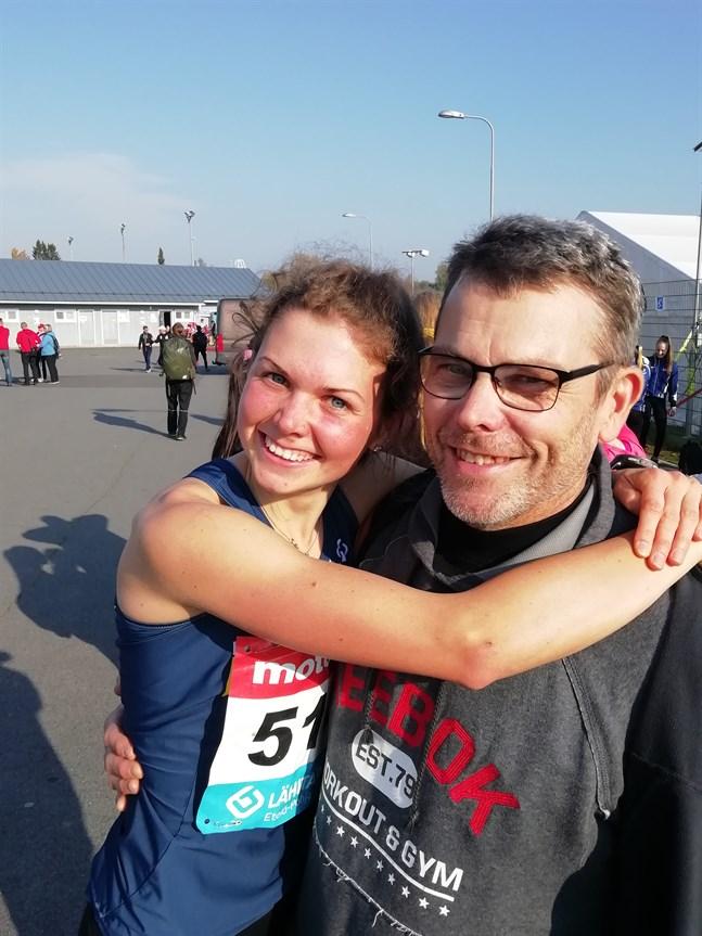 Heidi Kuuttinen gratulerades av pappan och tränaren Kenneth direkt efter målgång.