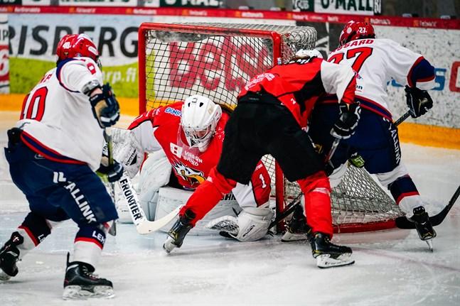 Oona Mäki fick jobba stenhårt mot Helsingfors IFK. Här får hon lite hjälp av Neea Lehtimäki då Emmanuelle Passard och Fanny Jalonen forcerar mot målet.