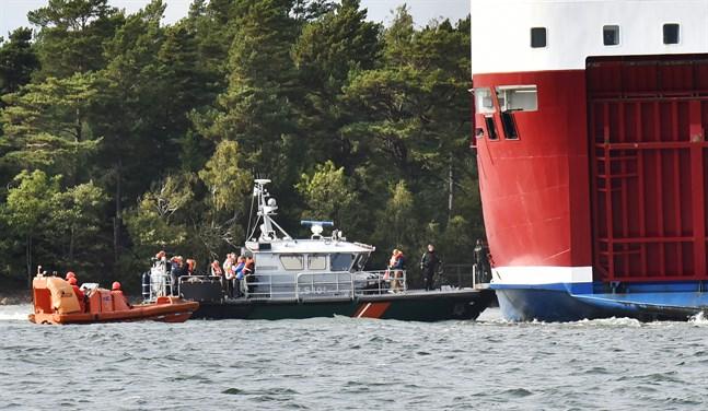 Olycksutredningscentralen analyserar just nu om marinens fynd i farleden har en koppling till Amorellas grundstötning den 20 september.