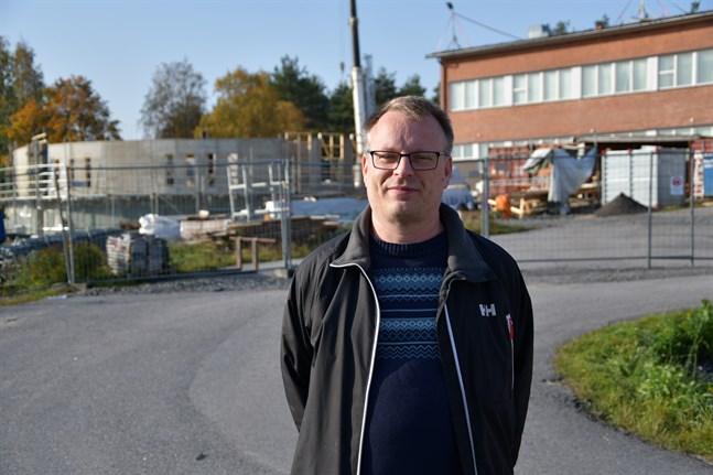Staffan Holmberg, rektor för Mosebacke skola, har märkt en högre frånvaro än normalt i höst. I bakgrunden växer skolans snäckformade tillbyggnad fram.