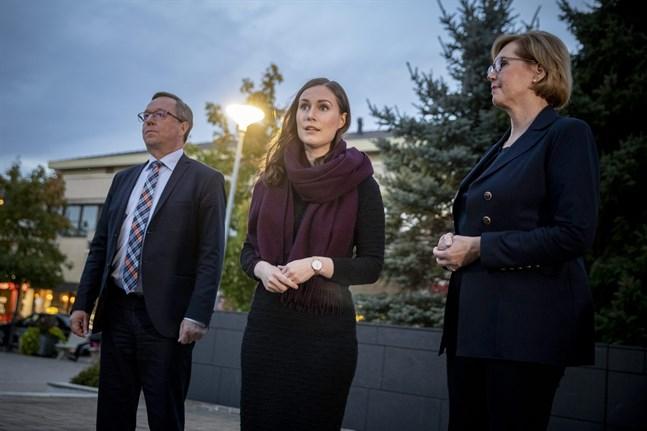 Näringsminister Mika Lintilä, statsminister Sanna Marin och arbetsminister Tuula Haatainen besökte Nestes raffinaderi i Nådendal.