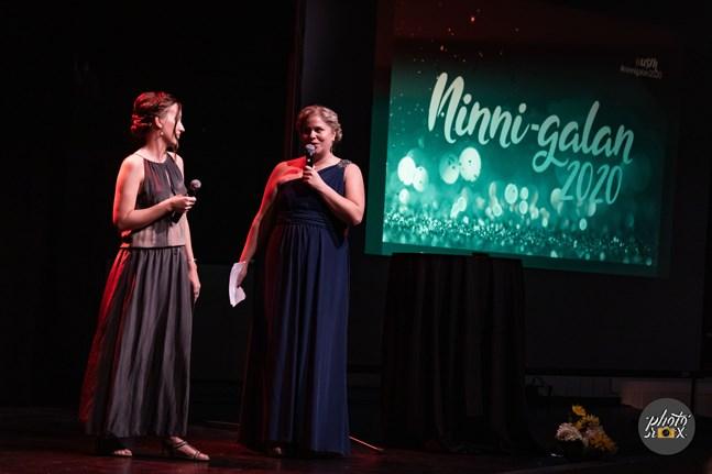 Nea Bäck och Sandra Högström från USM höll tacktalet. USM står för Understödsföreningen för svenskspråkig missbrukarvård.