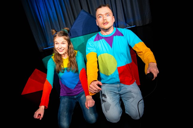 Julia Hellén (Pi) och Kalle Halmén (Qu) undersöker kroppsbilden på ett lekfullt sätt, ur barnens perspektiv.