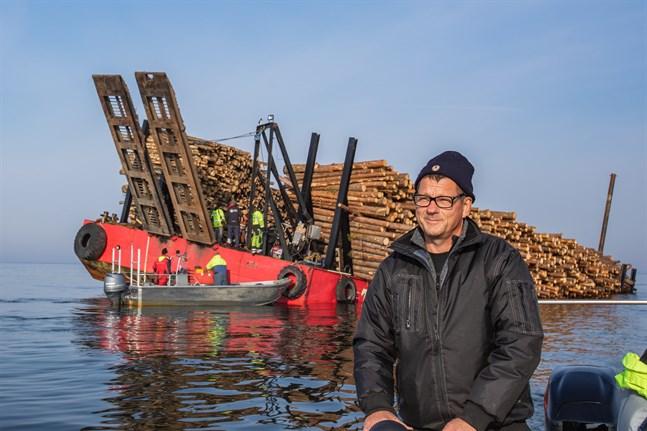 Mikael Hagman har hjälpt till att föra ut allt från pumpar till mat till pråmen.