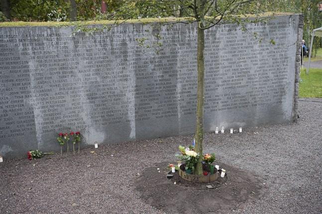Blommor och ljus vid minnesmonumentet i september förra året, 25 år efter Estoniakatastrofen. Arkivbild.