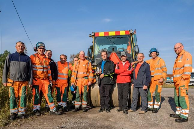 Johan Backlund, Dan Norrgård och Jan-Erik Stenros i mitten vill visa uppskattning när det händer positiva saker i byn.