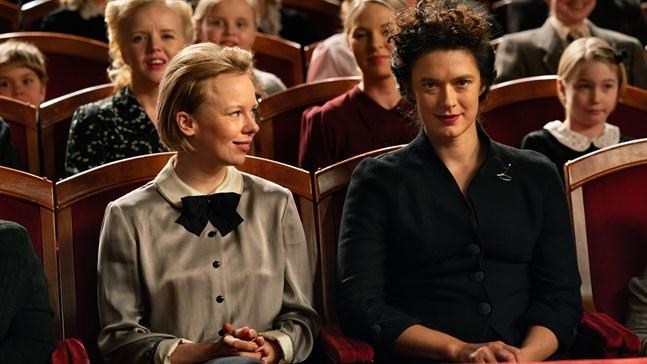 """Tove (Alma Pöysti) och Vivica Bandler (Krista Kosonen) inför premiären på Toves pjäs """"Mumin och kometen""""."""