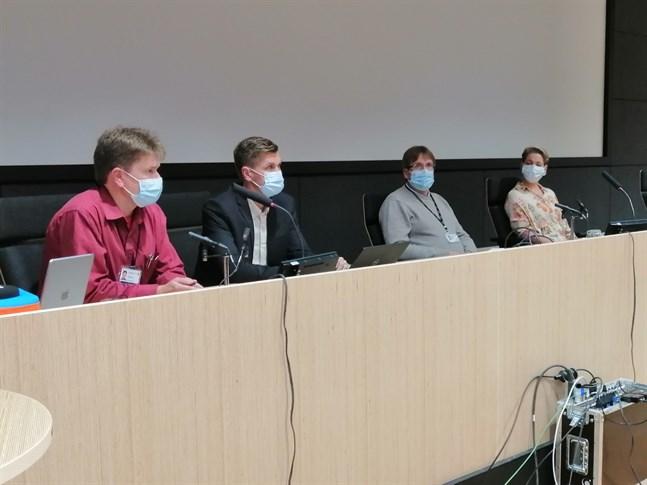 Det var munskydd som gällde då Terho Taarna, Ronnie Djupsund, Marko Rahkonen och Charlotta Uusitalo redogjorde för coronasituationen på Chydenius skola.