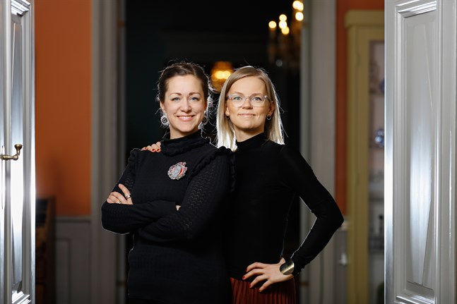 """Malin Klingenberg, till vänster, står för texten och Joanna Vikström Eklöv för illustrationerna i """"Den stora seniorkampen""""."""