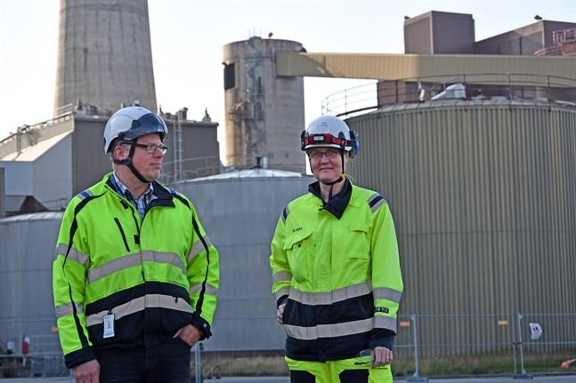 Jari Grönvall, teknisk chef och tidigare produktionschefen Heli Nevala vid PVO-Lämpövoima har bägge jobbat länge vid olje- och kolkraftverket på Björnön.