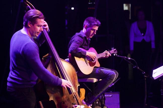 Zacharias Holmkvist och Janne Hyöty är en del av bandet under välgörenhetskonserten