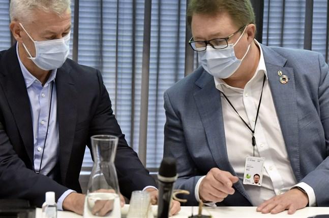 THL:s överläkare Taneli Puumalainen och direktör Mika Salminen medverkar i presskonferensen om coronaläget i Finland.