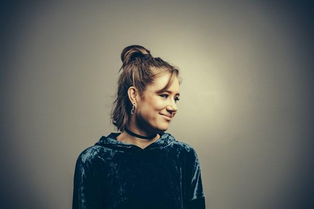 Maja Mannila Band uppträder på festivalen på lördag kväll. Mannila (1997) är en sångare, kompositör och pianist från Helsingfors.