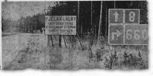 När riksåttan breddas har en rikhaltig skyltflora växt upp från Pjelax vägskäl och söderut, bl.a. denna skylt som uppsattstill bilisternas fromma.