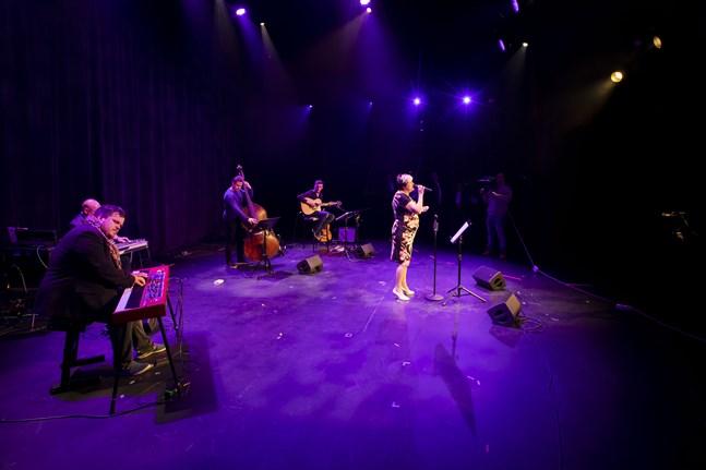 Margaretha Nordqvist uppträder med Bob Dylans låt