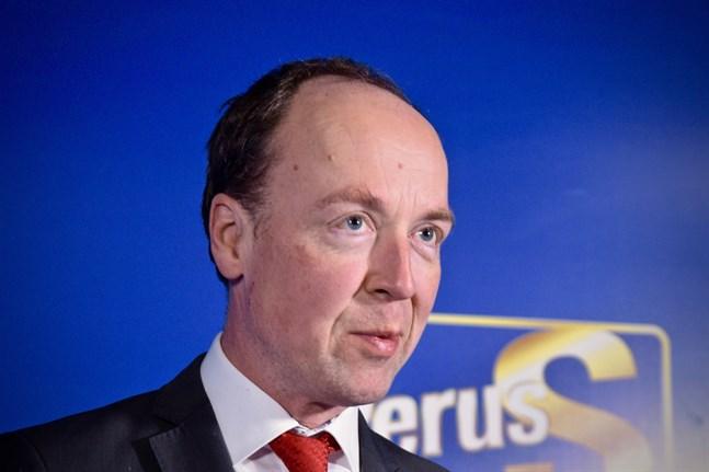 Sannfinländarnas ordförande Jussi Halla-aho understöder Juho Eerolas förslag om fria öppettider för barer och restauranger.