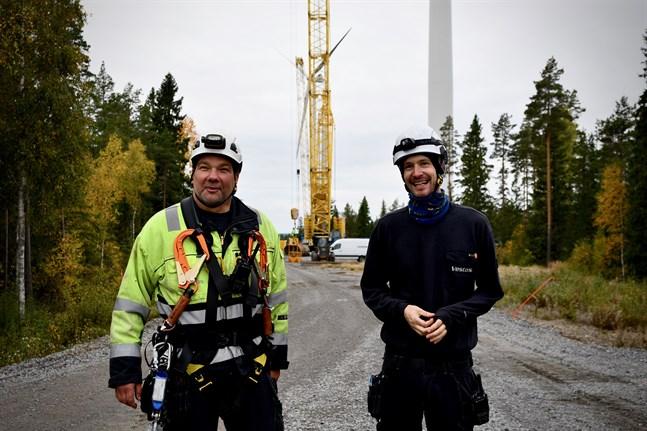 Pär Glansholm och Simon Johansson från Vestas specialgrupp arbetar med att få ner löst glasfibermaterial från vindkraftverkets tak.