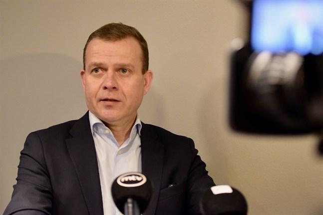 Regeringens ekonomiska politik är totalt ansvarslös, sade Samlingspartiets ordförande Petteri Orpo efter regeringens budgetförhandlingar.