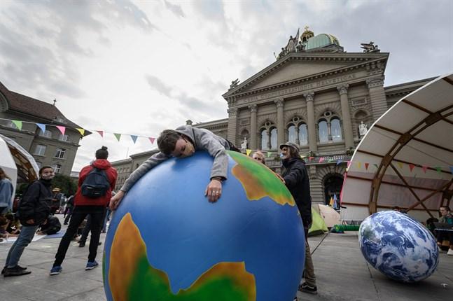 Världens länder och regioner behöver hjälp för att nå klimatmålen. Bilden är från en demonstration i Bern i Schweiz.