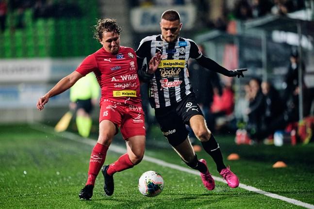 Markus Kronholm var (igen) matchens lirare för Jaro. Här i en närkamp med den tidigare Jarospelaren Samu Alanko, som var bäst i VPS.