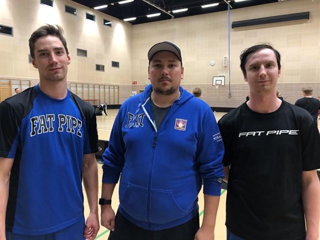 Bröderna Tommi (t.v) och Tuomas Tilus är tillbaka i Nibacos. Här tillsammans med tränaren Jani Ollikainen.