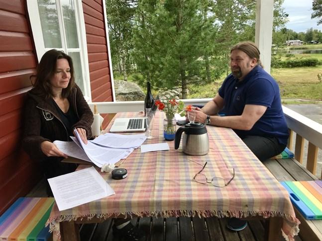 """Ulrika Nielsen och Ralf Andtbacka. Bilden är tagen i somras då de arbetade med Ellips jubileumsantologi """"Här/Nu: 10 + 1 essäer om samtiden""""."""