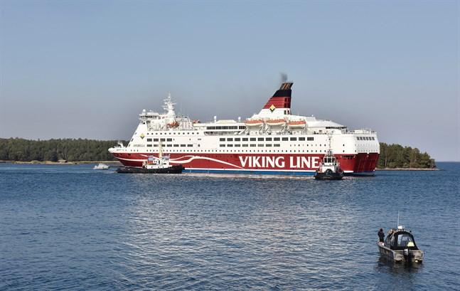 Viking Lines fartyg Amorella stötte på grund utanför Åland den 20 september och måste bogseras bort.