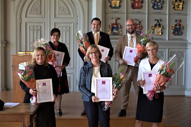 Förtjänsstecken tilldelades bland andra Vasaborna Maria Tolppanen, Joakim Strand och Kim Berg samt (i främre raden) Krista Kiuru, Anna-Maja Henriksson och Veronica Rehn-Kivi.